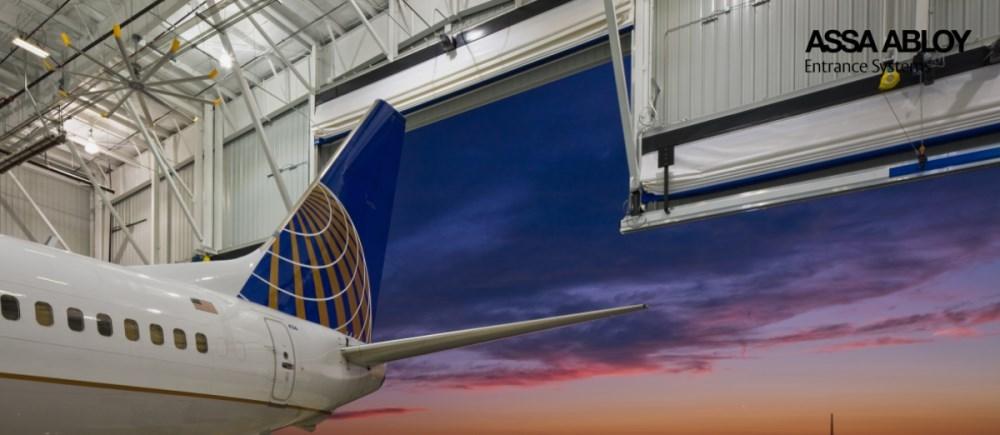 Welcher Zusammenhang besteht zwischen günstigen Flügen und Toren für Flugzeughangars?